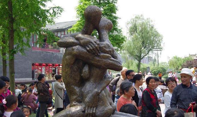 熱吻裸體雕塑現(xian)西安公(gong)園 媽(ma)媽(ma)拉孩子繞開